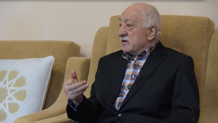 Fethullah Gülen bei einer Pressekonferenz; Foto: picture-alliance/dpa/M. Smith