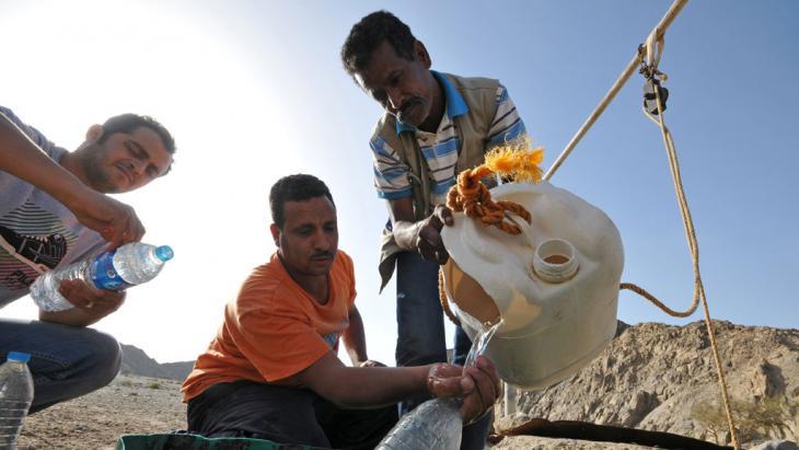 مصري يأخذ الماء من نبع أو بئر في أحد وديان مصر. Foto: picture-alliance/dpa/M.Tödt