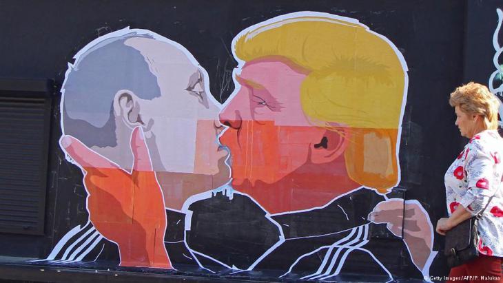 رسمة حائطية: قبلة أخوية بين بوتين وترامب. Foto: Getty Images/AFP