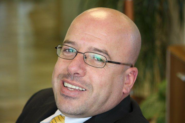 موسى برهومة أستاذ الإعلام في الجامعة الأمريكية في دبي