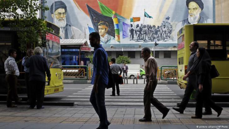 صورتان للخميني وخامنئي في شوارع إيران.