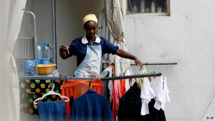 عاملة إثيوبية تعلق الملابس