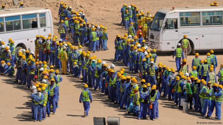 عُمَّال مهاجرون في أحد مواقع البناء استعداداً لبطولة كأس العالم 2022 في قطر