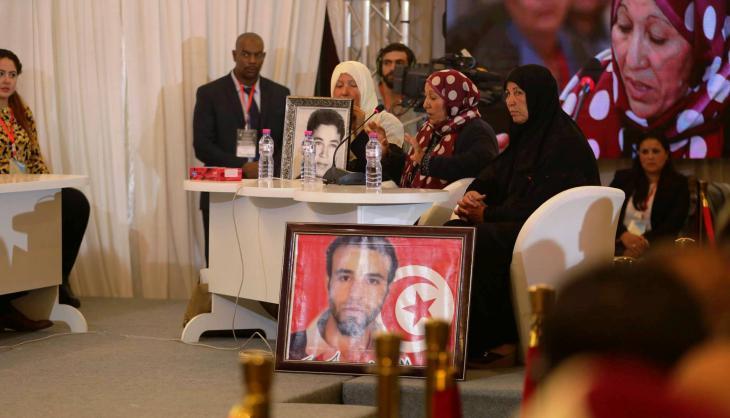 """جلسات الاستماع العلنية التي تعقدها هيئة الحقيقة والكرامة في تونس يتم نقلها عبر التلفاز إلى جميع أنحاء البلاد. Quelle: Pressestelle """"Instanz für Wahrheit und Würde"""" (IVD)"""