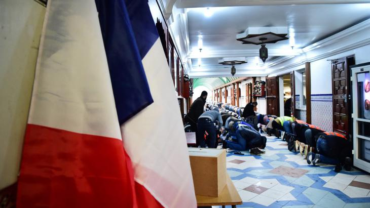Muslime beten in einer Moschee in Lille; Foto: picture-alliance/dpa/S. Mortagne