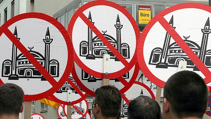 أتباع اليمين المتطرف يحتجّون ضد بناء مسجد في كولونيا. Foto: picture-alliance/dpa/O. Berg