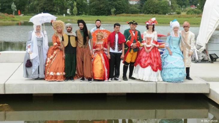 أزياء الممثلين أبهرت الجمهور الذي سارع لالتقاط الصور التذكارية معهم