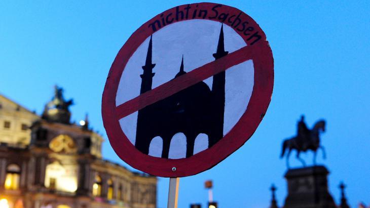 حركة بيغيدا تحتج في دريسدن على المساجد. Foto: Getty Images/AFP/R. Michael