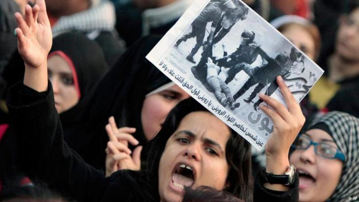 نساء في احتجاج ضد معاملة الشرطة للنساء المتظاهرات في القاهرة، الربيع العربي 2011.