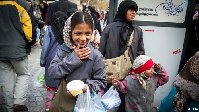 أطفال ونساء ومشاة في شوارع طهران، عاصمة جمهورية إيران الإسلامية