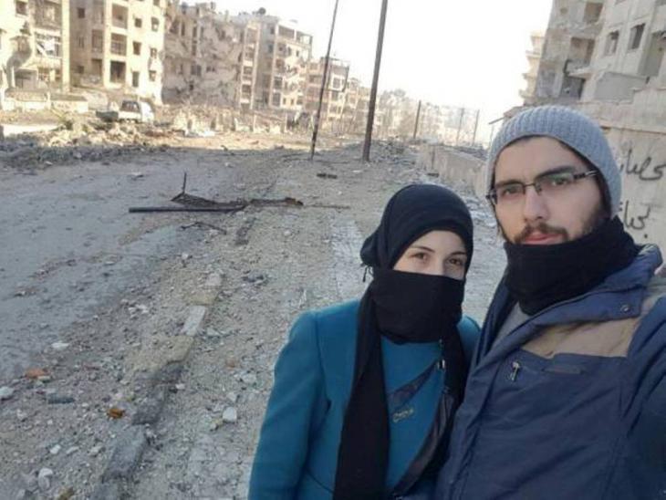 """""""راجعين يا هوى"""".. هي الجملة التي كتبها صالح (25 عاماً) على جدار نصف مهدّم، فيما كان يحتضن زوجته مروى (20 عاماً) بيد وباليد الأخرى يحمل بندقية لم تكن له."""