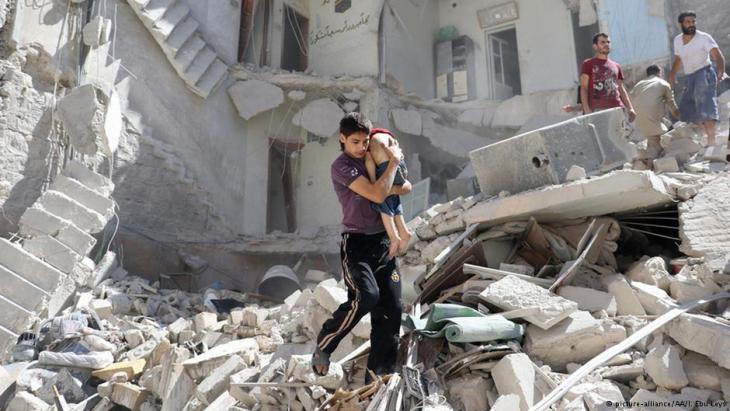 إنفاذ صبي من بين أنفاض دمار سببه برميل متفجر شرقي حلب