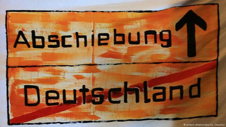 لافتة احتجاجيّة مِنْ قِبَل لاجئين في مدينة هامبورغ الألمانية. Foto: picture-alliance/dpa