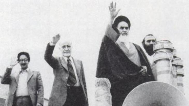 أبو الحسن بني صدر (في آخر الصورة على اليسار) كان في السابق من أقرب المقرَّبين إلى مؤسِّس الجمهورية الإسلامية الإيرانية، آية الله روح الله الخميني. Foto: akairan.com