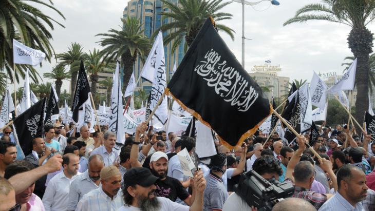 """سلفيون من جماعة """"أنصار الشريعة"""" يتظاهرون في تونس عام 2013. Foto: Taieb Kadri"""