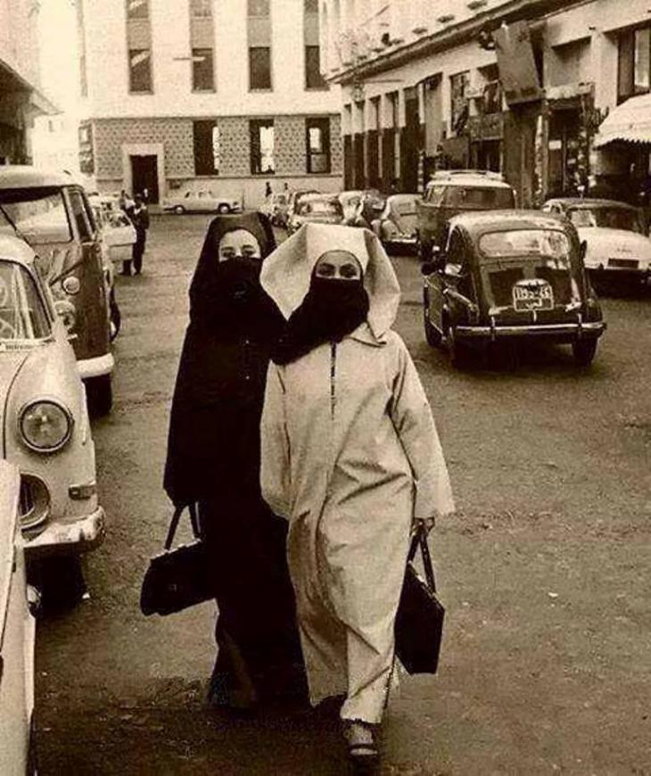 تميل النساء المغربيات في المناطق المحافظة في الشمال إلى ارتداء البرقع الذي يترك منطقة العينين فقط مكشوفة.