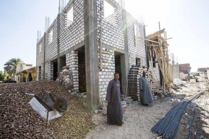 يونان خلف يقف عند هيكل بناء منزله. Foto: Flemming Weiß-Andersen