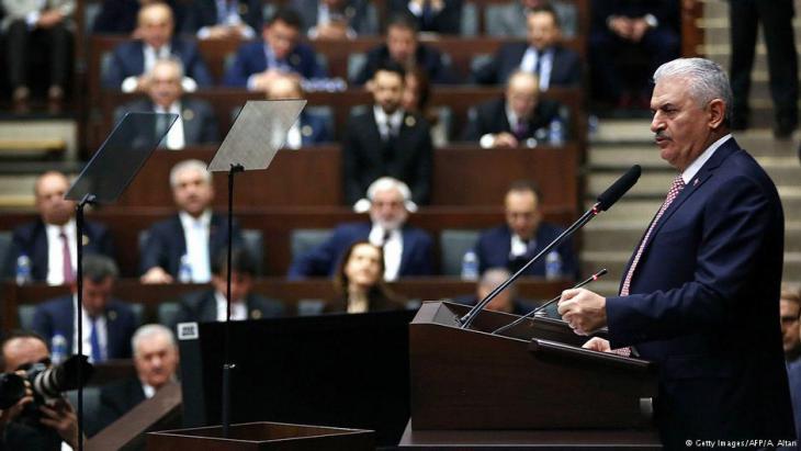رئيس الوزراء التركي بن علي يلدرِم في البرلمان التركي يعلن حالة الطوارئ في تاريخ 03 / 01 / 2017. (photo: Getty Images/AFP/A. Altan)