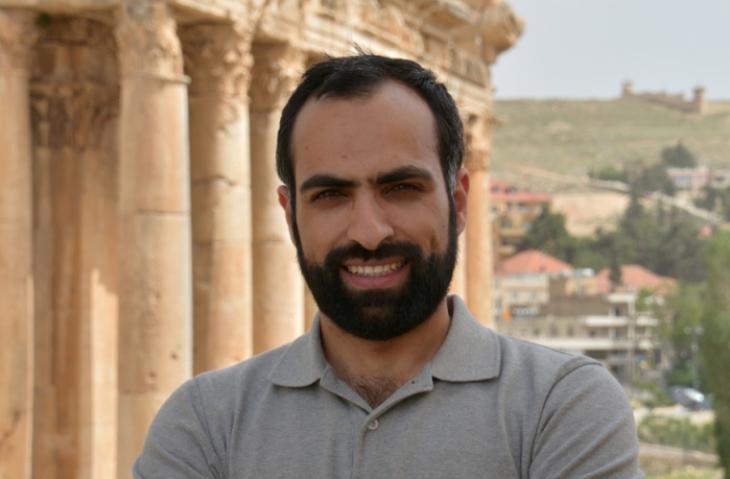 """الدكتور عبد الهادي العجلة باحث علمي فلسطيني يعمل في جامعة ميلانو الإيطالية، ومدير معهد دراسات الشرق الأوسط كندا IMESC،  بالإضافة إلى عمله كمدير إقليمي مختص بدول الخليج في معهد """"أنواع الديمقراطية"""" في جامعة غوتنبرغ السويدية."""