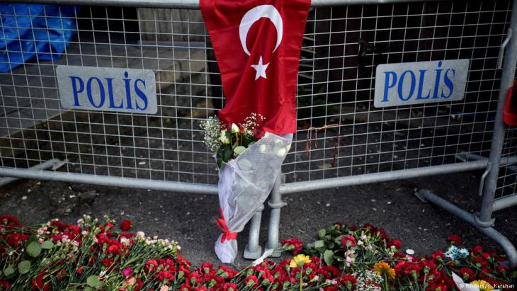 زهور تضامنية خارج ملهى ليلي رينا في اسطنبول في أعقاب الهجوم الإرهابي في ليلة رأس السنة الجديدة 2017.