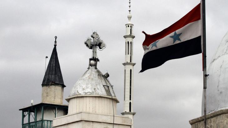 العلم السوري بجانب كنيسة القديس سركيس في دمشق. Foto: Getty Images/LOUAI BESHARA