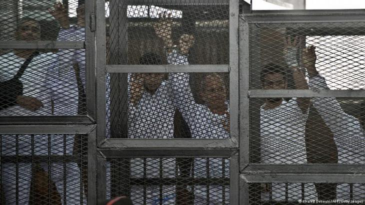 محاكمة صحفيي قناة الجزيرة في مارس/ آذار 2014 في القاهرة. Foto: AFP/Getty Images