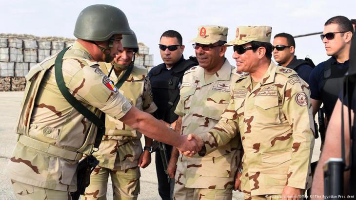 Ägyptens Präsident Abdel Fattah al-Sisi zu Besuch bei Armee-Einheiten auf dem Sinai; Foto: picture-alliance