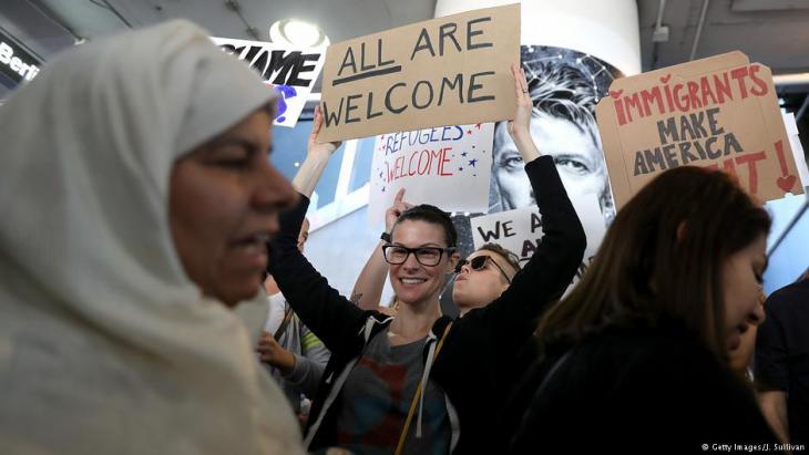 الآلاف يتظاهرون -مثلاً هنا في مطار لوس أنجليس الدولي- على حظر دخول ملايين المسلمين إلى الولايات المتحدة الأمريكية. Foto: Getty Images
