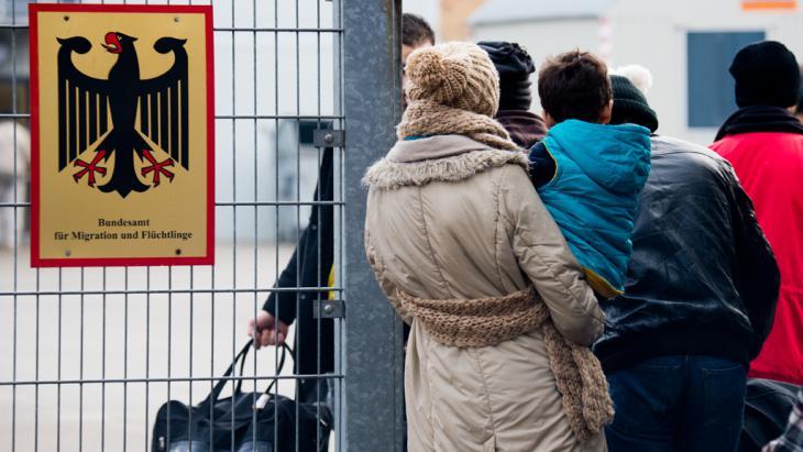 طالبو لجوء سوريون في طابور أمام المكتب الاتحادي للهجرة واللاجئين في مدينة براونشفايغ الألمانية.Foto: picture-alliance/dpa/J.Stratenschulte