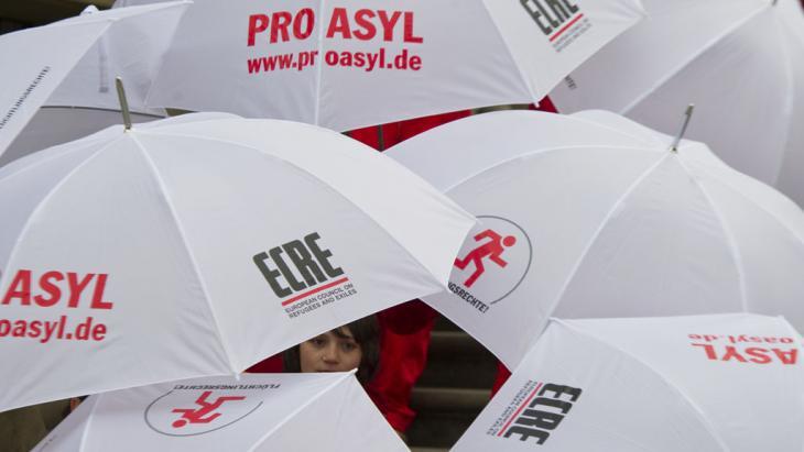 فعالية في برلين لمنظمة برو أزول الحقوقية المعنية بحقوق اللاجئين. Foto: picture-alliance/dpa/S. Stache