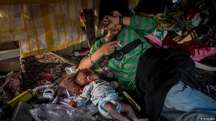 أم مدمنة على المخدرات في منطقة مهمشة في طهران.