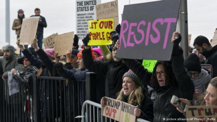 مواطنون أمريكيون ضد حظر الهجرة الذي تبناه ترامب.
