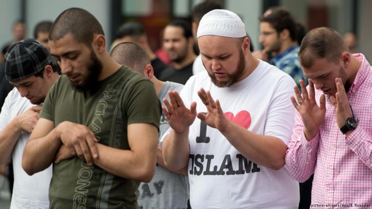 من أنصار الداعية السلفي الألماني بيير فوغل أثناء الصلاة في مدينة فرانكفورت الألمانية. Foto: dpa/picture-alliance