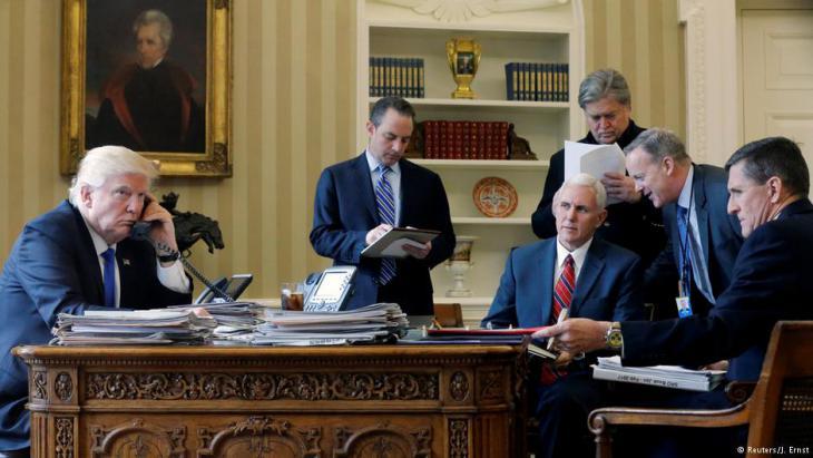 الرئيس الأمريكي ترامب إلى جانب رينس بريبوس  ومايك بنس وستيف بانون وشون سبايسر ومايكل فلين. الصورة: رويترز Foto: Reuters