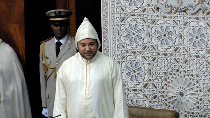 لم يتوقف النقاش السياسي في المغرب حول طقوس التعبير عن الولاء لملك المغرب. موضوع يثير الانقسام في الأوساط السياسية والحقوقية المغربية، بين من ينتقد طقوس الانحناء للملك، ومن يعتبرها تقاليد متجذرة في الثقافة المغربية.