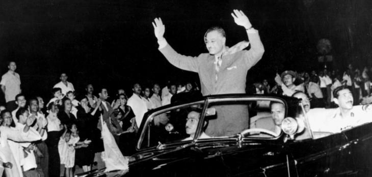 جمال عبد الناصر يحيي أنصاره. صورة ناريخية
