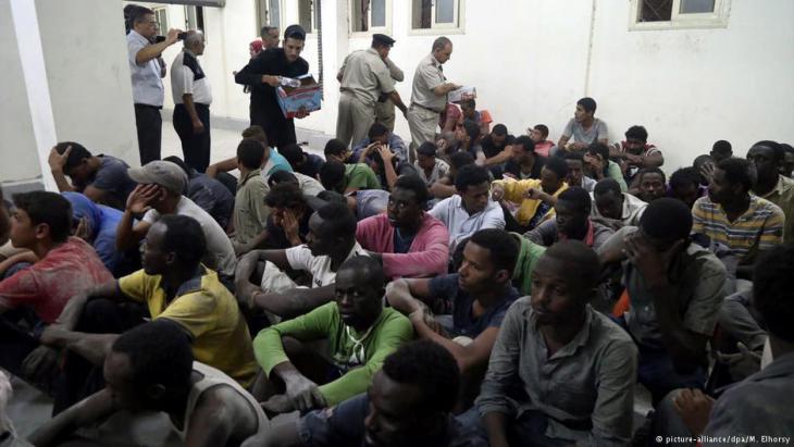 Überlebende Flüchtlinge nach einem Schiffsunglück im ägyptischen Rosetta; Foto: picture-alliance/dpa