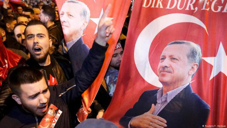 أنصار إردوغان في مدينة روتَردام الهولندية. Foto: Reuters