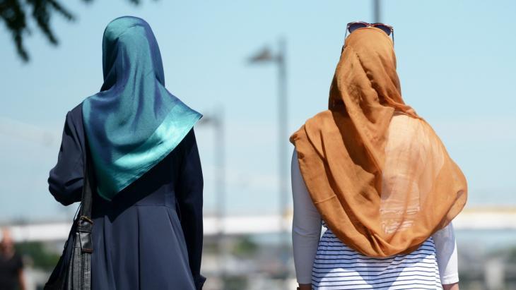 مسلمتان مرتديتان الحجاب في مدينة فرانكفورت الألمانية. Foto: dpa/picture-alliance