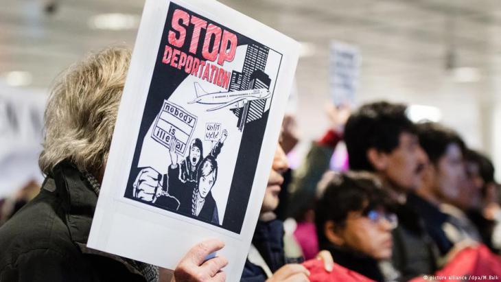 احتجاجات ضد ترحيل طالبي اللجوء من ألمانيا، بمطار ميونخ. Foto: picture-alliance/dpa