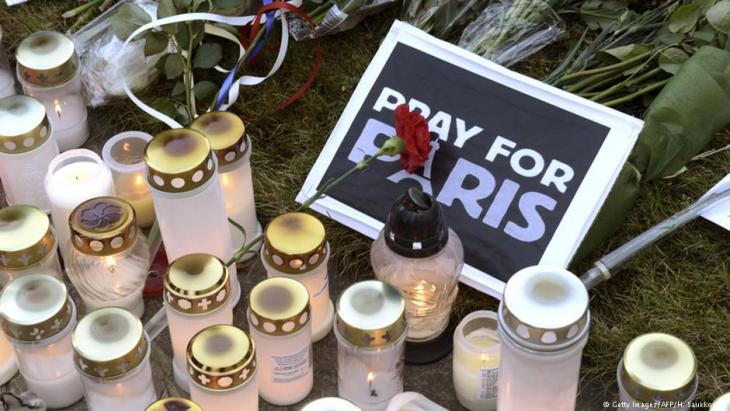 حداداً على ضحايا هجمات في باريس بتاريخ 13 نوفمبر/ تشرين الثاني 2015. Foto: Getty Images/AFP
