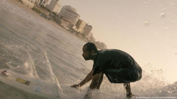 """لقطة كم فيلم فيلم """"نادي ركوب الأمواج في غزة"""""""
