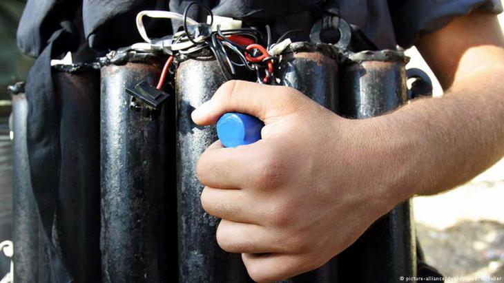 صورة رمزية: إرهابي يحمل حزاماً ناسفاً.