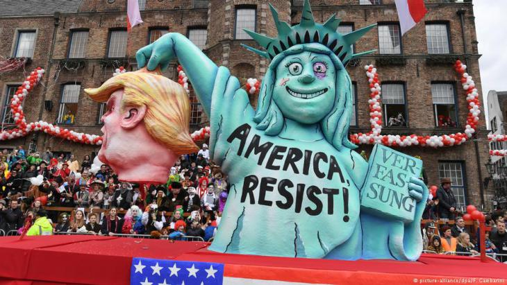 مشهد ساخر في موسم الكرنفال في مدينة دوسيلدورف الألمانية يبين مقاومة تمثال الحرية للرئيس الأمريكي ترامب. Foto_Picture.alliance dpa