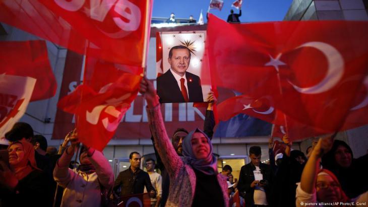 أنصار إردوغان يهتفون محتفلين بعد الاستفتاء على النظام الرئاسي. Foto: picture-alliance/AP