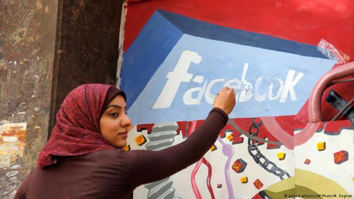 ناشطة في ميدان التحرير يرسم اللوحة خلال الاحتجاجات ضد نظام مبارك في عام 2011. Foto: dpa/picture-alliance