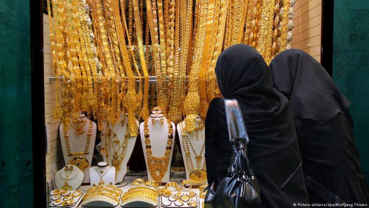 Frauen betrachten Auslage in einem der Geschäfte der Gold-Souks von Dubai; Foto: dpa/picture-alliance