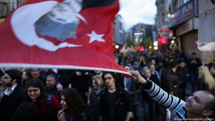 مناصرات الرئبس التركي أردوغان يحتفلن بفوزه في الاستفتاء على التعديلات الدستورية.