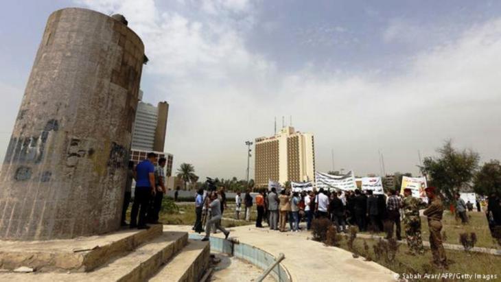 ساحة الفردوس ببغداد، في الصورة قاعدة إسمنتية لتمثال صدام حسين الذي أسقطه الجيش الأمريكي في 9 نيسان 2003.