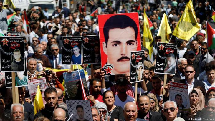مظاهرة تضامنية في رام الله مع الأسرى الفلسطينيين المضربين عن الطعام. Foto: Reuters